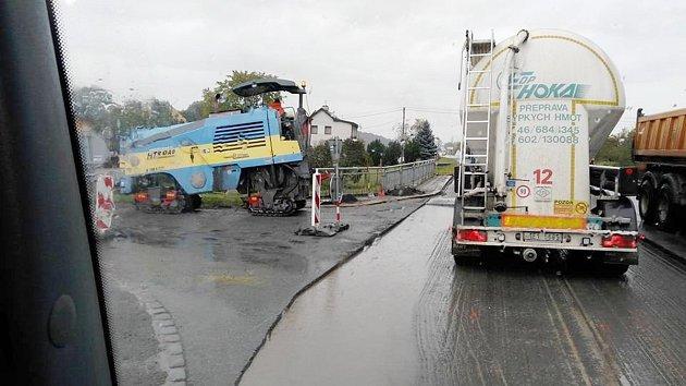 Prace na silnici v Česticích.
