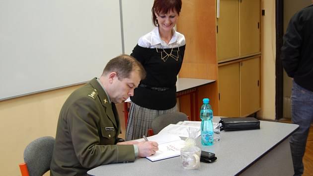 PODPIS A DÁREK NA ZÁVĚR. Eduard Stehlík studenty gymnázia přímo uchvátil.