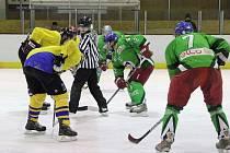SMOLNÝ ZÁPAS sehráli hokejisté Čestic ve skupině o 1. –  3. místo,   když rozhodující gól inkasovali v poslední minutě utkání.