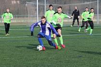 V generálce na jarní start fotbalisté Dobrušky (zelené dresy) prohráli s Jaroměří 2:4.