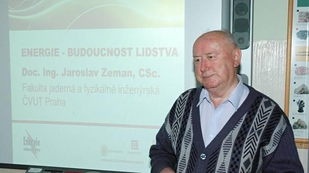 PŘEDNÁŠEJÍCÍ doc. Ing. Jaroslav Zeman, CSc. z katedry jaderných reaktorů FJFI ČVUT Praha v základní škole v Borohrádku.