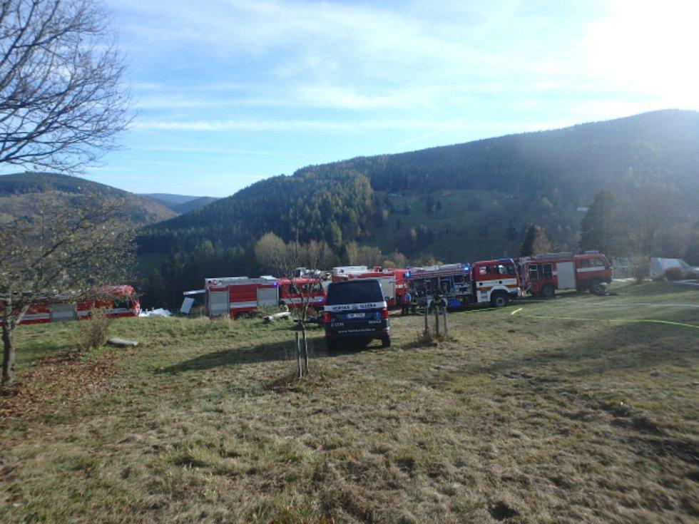 Požár odnesli dva hasiči zraněním.