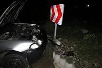Řidič nezvládl řízení a narazil do kruhového objezdu.