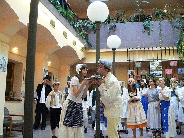 V PARLAMENTU ČR se dvaačtyřicet dětí z Carminy představilo našim zákonodárcům v lidových  krojích a přivezlo i jitrnice. V hodinovém  programu  nechyběly lidové zvyky, jako třeba zabijačka.
