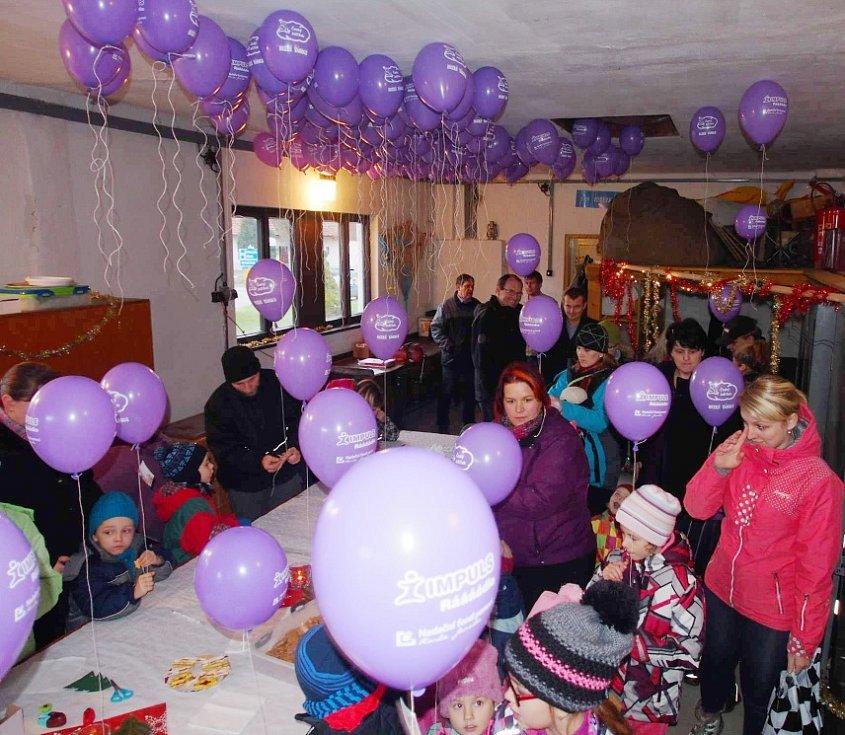 Pouštění balónků s přáním Ježíškovi.