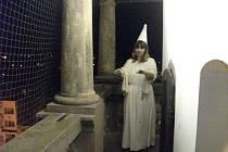 Hodinu před půlnocí se nám podařilo objektivem fotoaparátu zachytit bílou paní na ochozu dobrušské radnice.
