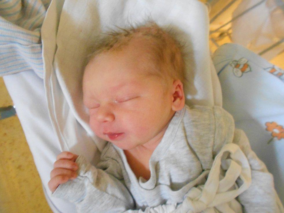 Jan Fryč přišel na svět 19. 11. 2020 v11.14 hodin a vážil 3700 g. Hrdí rodiče Barbora a Michal Fryčovy pochází zLipovky. Tatínek si u porodu vedl skvěle.