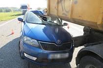 Řidič začal předjíždět v nepravou chvíli.