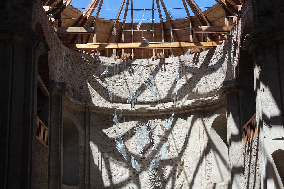 Kostel Nanebevzetí Panny Marie s unikátní skleněnou střechou je dominantou Neratova.