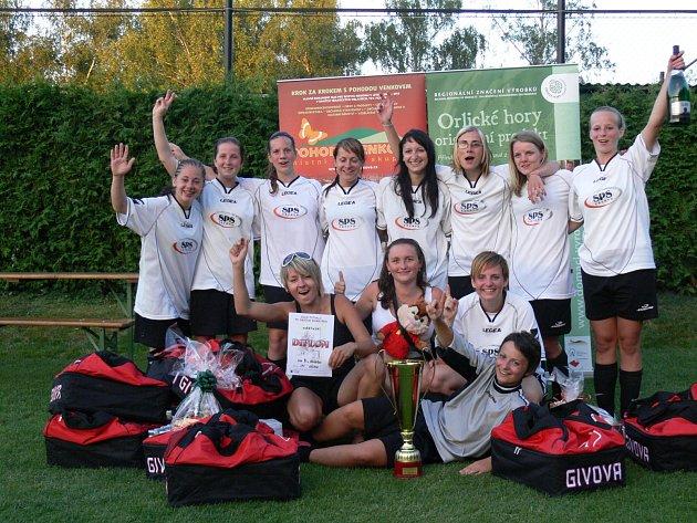 RADOST. Ve finále turnaje žen zvítězil SPS Sázava (na snímku) nad Olympií Bruntál 2:0 a hráčky mohly slavit.