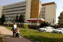 Budova, v níž sídlí i dětské oddělení či porodnice. Na ni bude navazovat nový pavilon centrálního příjmu. Foto:  Deník/Jana Kotalová