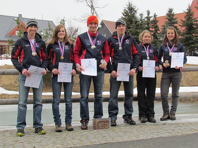 SKUHROVŠTÍ MEDALISTÉ – zleva: Petr Remeš, Kristýna Holíková, Karel Píč, Josef Šabata, Hana Remešová a Šárka Jirásková