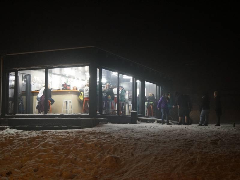 Na parkovišti v zimním turistickém středisku Orlických hor vyrostla písečná pláž a teplota se vyšplhala až k letním třiceti stupňům Celsia.