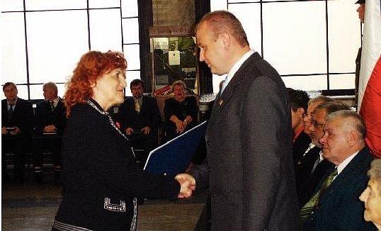 VYZNAMENÁNÍ. Starosta Opočna Štěpán Jelínek přijímá z rukou ministryně obrany Vlasty Parkanové vyznamenání Zlatá lípa in memoriam Františku Kupkovi.
