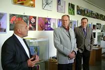 10 LET MAKROFOTOGRAFIE. Umělecký fotograf Petr Kakrda (vpravo) během úvodního slova na vernisáži. Pronesl je děkan Augustín Slaninka (vlevo). Uprostřed organizátor výstavy František Nagy.