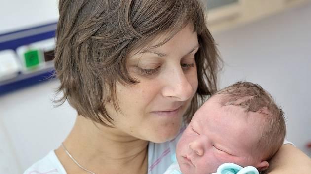 ŠIMON KROUPA:  Šimon Kroupa bude doma v Potštejně s rodiči Zuzanou a Marcelem i sestrou Terezkou. Chlapeček se s hmotností 3,37 kg narodil 12. září v 15.40 hodin.