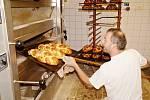 KAREL REZNER při přípravě tradiční vánočky v deštenské pekárně. Letos s kolegou upekli celkem 2 018 vánoček.