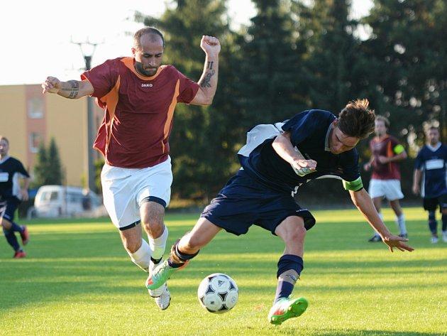 AUTOR prvního gólu Opočna Lukáš Reichl (vlevo) bojuje o míč s ohnišovským kapitánem Milošem Cuberkou.