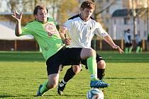 Okresní derby v Rychnově nad Kněžnou skončilo těsnou výhrou domácích fotbalistů. Na snímku dobrušský obránce Filip Šotola (vlevo) bojuje o míč s domácím Jakubem Noskem.