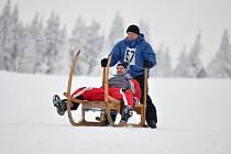 NETRADIČNÍ ZIMNÍ SPORTY.  Na horách se jezdilo na saních i na historických lyžích.