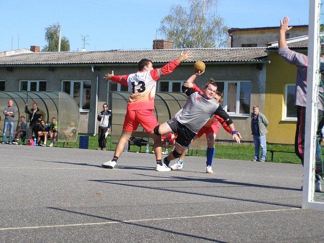 DESET GÓLŮ vstřelil v závěrečném utkání ve Vítkovicích dobrušský útočník Josef Tomáš (na snímku s míčem při střelbě) a přispěl tak k vítězné tečce za druholigovou sezonou.