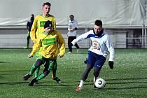 POSILA. Dobrušský dres bude v jarní části krajského fotbalového přeboru oblékat Erik Týfa (vpravo s míčem).