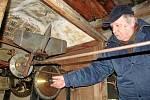 Tomáš Fábera u hodinového stroje ve věži kostela Nejsvětější trojice v Opočně.