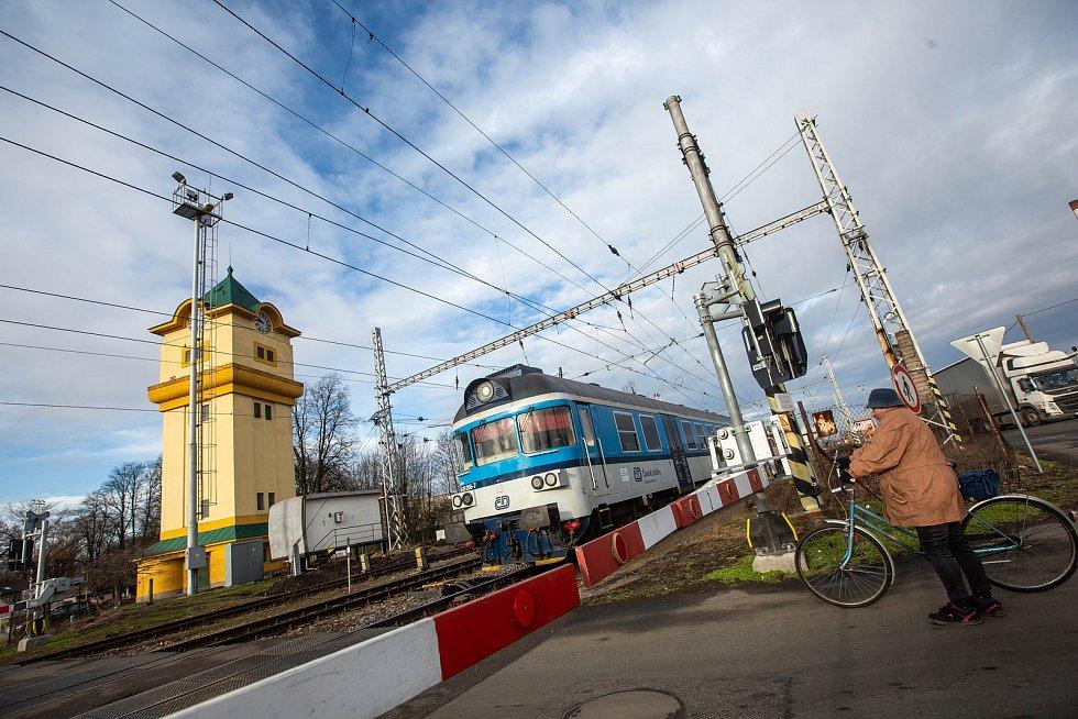 Železniční přejezd u vlakového nádraží v Týništi nad Orlicí.