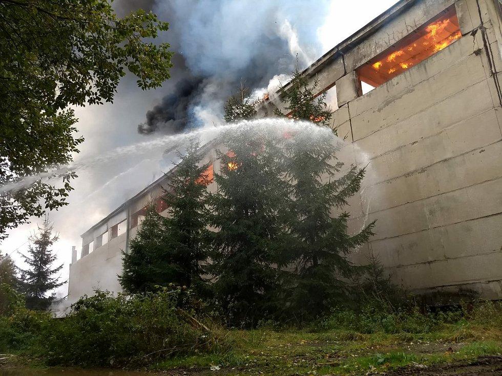 Požár skladovací haly v Bartošovicích v Orlických horách