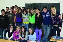 Mladí lidé přinášejí při řešení problémů odlišnou perspektivu oproti zkušeným dospělým. Deváťáci skuhrovské ZŠ se shodli na pozitivním hodnocení práce zdejších zastupitelů.