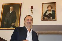Petr Dujka, vpravo na portrétu jeho matka.