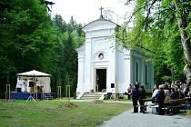 KVĚTNOVÁ MŠE před kaplí Panny Marie Lurdské v Dříznech.