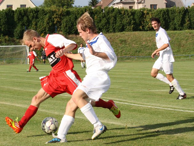 PRVNÍ PODZIMNÍ BODY získali kostelečtí fotbalisté po výhře v okresním derby s Ohnišovem. Na snímku domácí útočník Jakub Šrámek (vpravo) bojuje o míč s Patrikem Kratěnou.