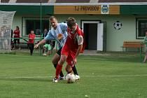 SOUBOJ. Rychnovský fotbalista Filip Stieber (vpředu) si kryje míč před jedním z hráčů Provodova.