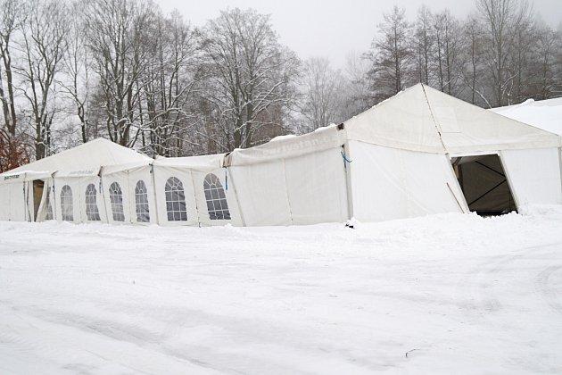 Party stan nevydržel nápor nového těžkého sněhu