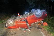 Řidič měl přes 2,5 promile alkoholu v dechu. V Hřibinách otočil auto na střechu