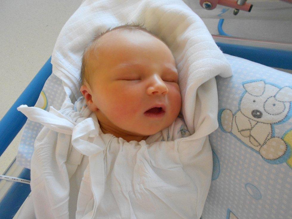 VILÉM GREGOR se narodil 1. září v 19.24 hodin. Měřil 49 cm a vážil 3800 g. Radují se z něj rodiče Radka a Vlastimil a bráška Matyáš z Třebechovic pod Orebem. Tatínek byl u porodu pro maminku velkou oporou.