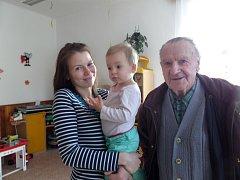 Jiří Lorenc přišel do školky, kam chodil v roce 1934, i se svou dceroua vnučkou. Tehdy ještě sídlila v budově v Komenského ulici.