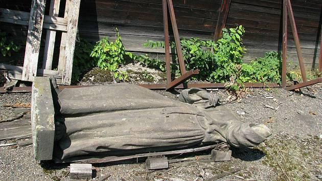 Dvě pískovcové sochy z vamberského mostu leží v areálu skladu Ředitelství silnic a dálnic v Městské Habrové.