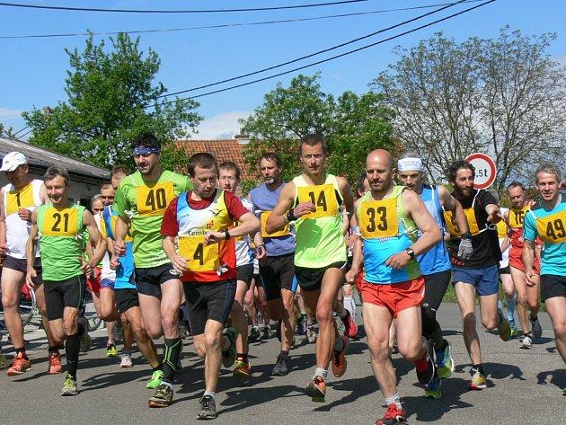 Na start sobotního Mělčanského krosu se postavilo celkem 54 běžců.