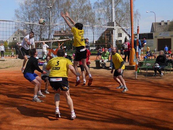TRADIČNÍ KLÁNÍ. Na čestické antuce se letos představilo celkem dvaatřicet volejbalových družstev zcelé republiky.