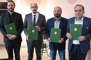 Zástupci Muzea a galerie Orlických hor, kraje, obce Zdobnice a Agentury ochrany přírody podepsali memorandum o spolupráci na projektu Dům přírody Orlických hor.