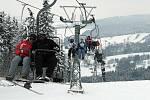 Silný mráz, vítr ani mlha neodradily první lyžaře, kteří nedočkavě čekali na první spuštění vleků.