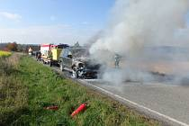 Požár auta uzavřel silnici.
