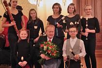 SARABANDA V PRAZE NA ŽOFÍNĚ. Rychnovský flétnový soubor na loňském Koncertu vítězů Concerto Bohemia 2013 v hlavním městě. Bylo to jeho deváté vítězství, takže letos slaví jubilejní – desáté.  Horní řada zleva: Lada Plachetková, Lucie Lenfeldová, Ivana Syr