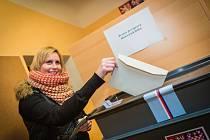 Ve 14 hodin se otevřely volební místnosti. Na nezájem lidí si členové komisí nemohli stěžovat.