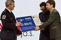 Cenu v podobě šeku na 35 tisíc korun a profesionální radiostanice převzal z rukou Ondřeje Vetchého velitel jednotky Josef Klouček (vlevo).