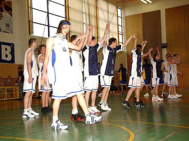 Radost rychnovských basketbalistů po vítězném druhém utkání.