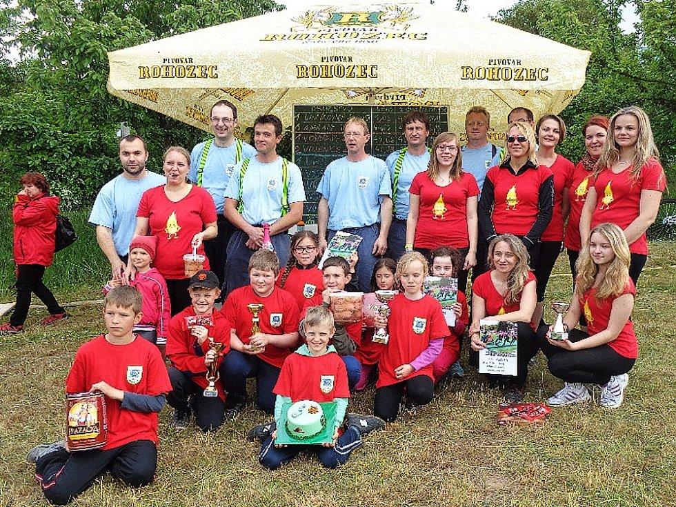 Týmy SDH Voděrady na okrskové soutěži - muži, ženy a děti.
