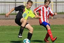 Starší žáci Rychnova nad Kněžnou (černožluté dresy) prohráli v utkání Krajského přeboru s Jaroměří 0:9.